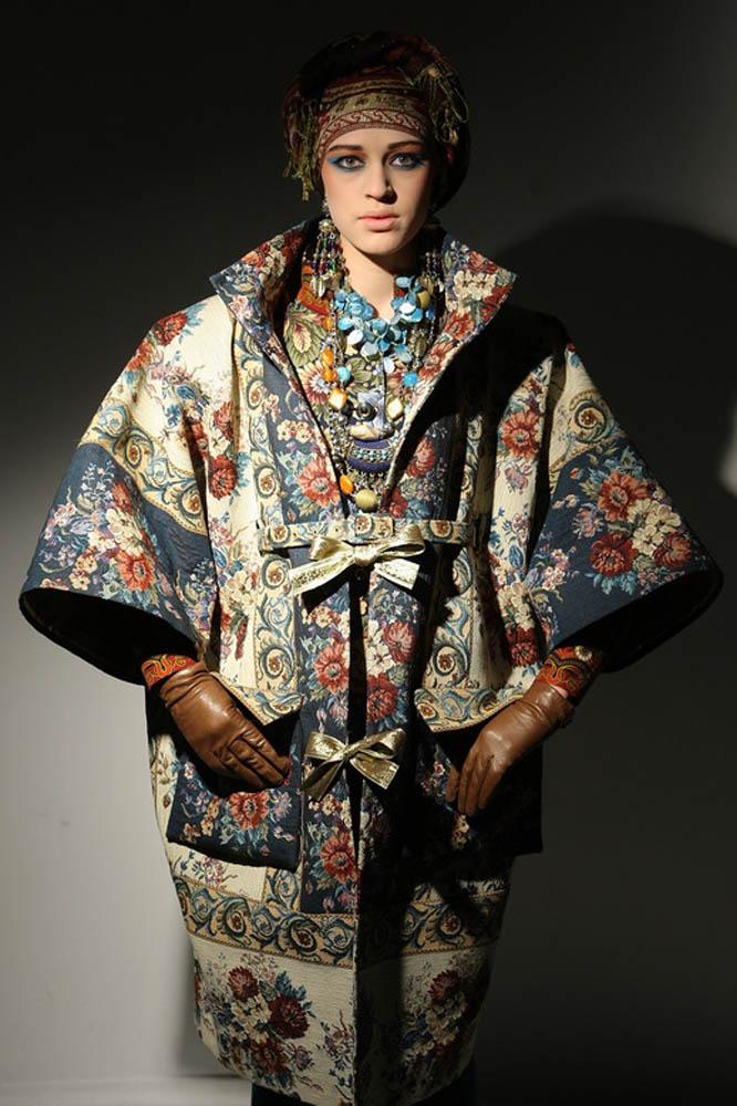 Гобеленовое пальто с золотистыми лентами из коллекции Вячеслава Зайцева